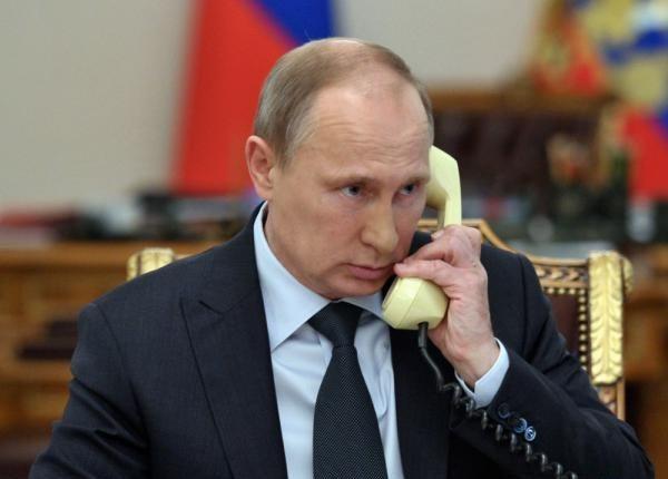 Путин говорит по телефону