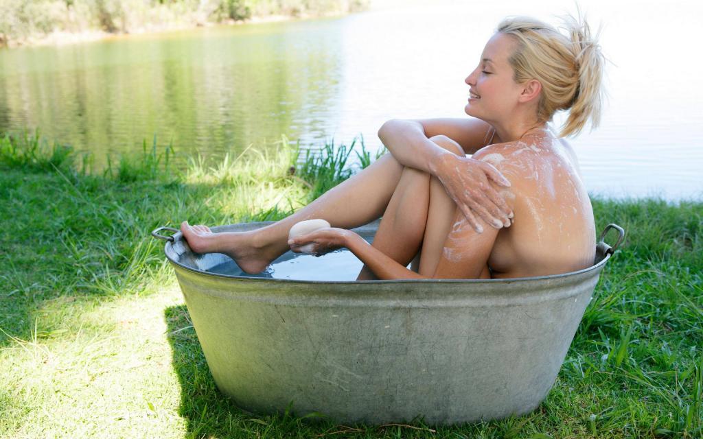 голая девушка моется в тазу